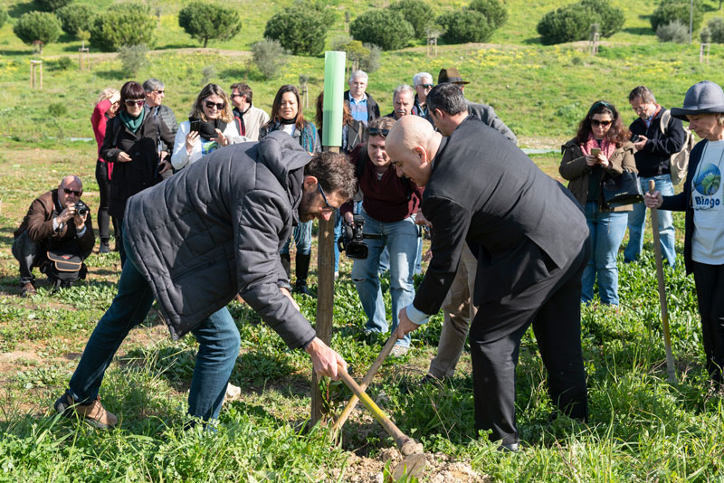 ECCA conference chair Mário Pulquério and Diogo de Gusmão-Sørensen from the European Commission get planting